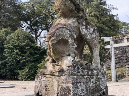 松江神社、むかって右の狛犬。顔面が、、ない。